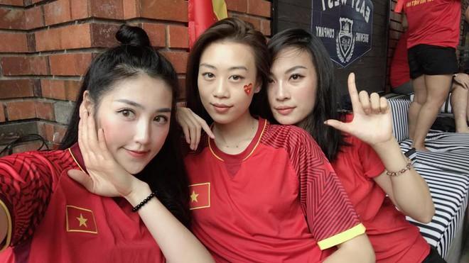 Chưa bao giờ street style của các người đẹp Việt lại ngập tràn cờ đỏ sao vàng như tuần vừa rồi - Ảnh 7.