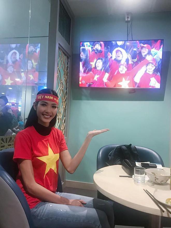 Chưa bao giờ street style của các người đẹp Việt lại ngập tràn cờ đỏ sao vàng như tuần vừa rồi - Ảnh 8.