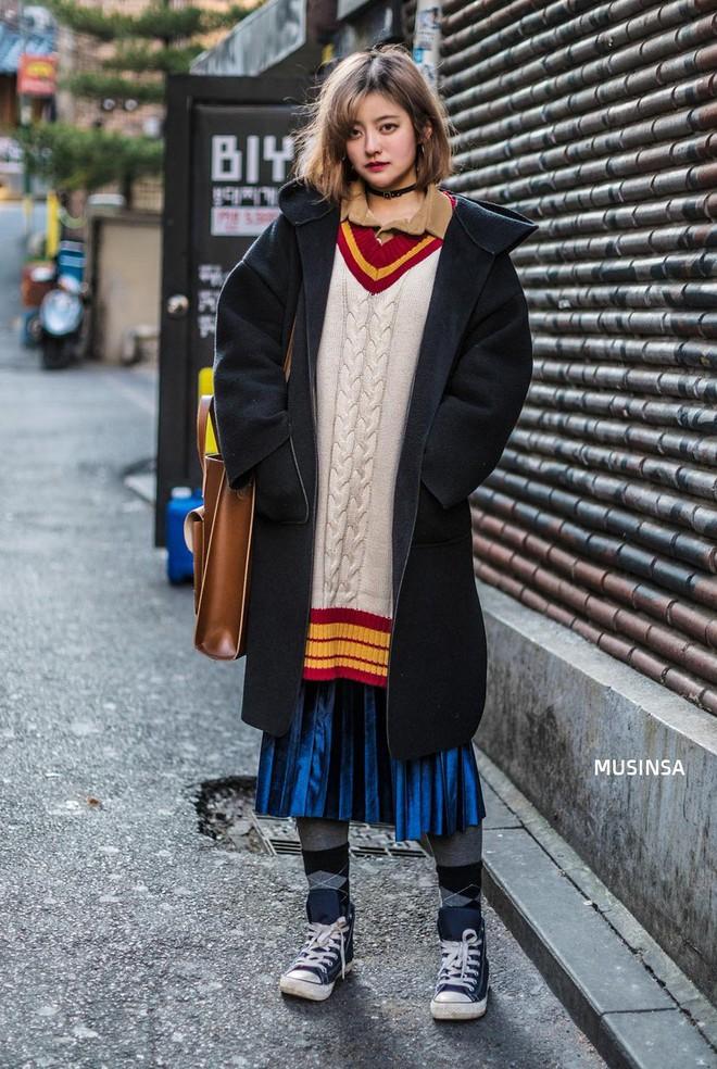 Street style Hàn Quốc: Mặc vài ba chiếc áo khoác to sụ cùng lúc chẳng hâm chút nào mà lại chất hết nấc - Ảnh 2.