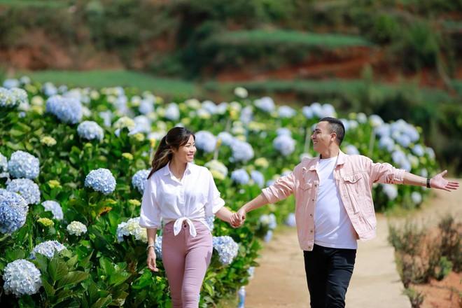 MC Hoàng Linh hạnh phúc như cô gái lần đầu biết yêu trong bộ ảnh cưới tại vườn cẩm tú cầu Đà Lạt - Ảnh 10.