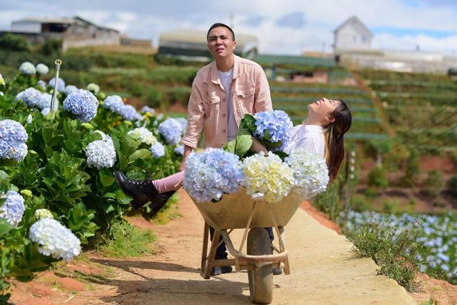 MC Hoàng Linh hạnh phúc như cô gái lần đầu biết yêu trong bộ ảnh cưới tại vườn cẩm tú cầu Đà Lạt - Ảnh 18.