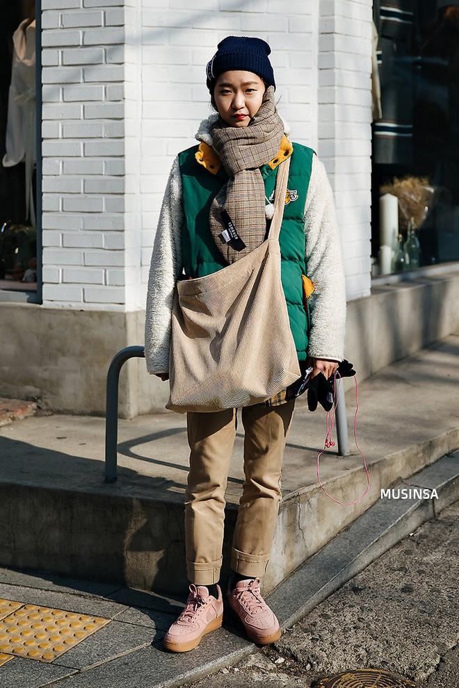 Street style Hàn Quốc: Mặc vài ba chiếc áo khoác to sụ cùng lúc chẳng hâm chút nào mà lại chất hết nấc - Ảnh 11.