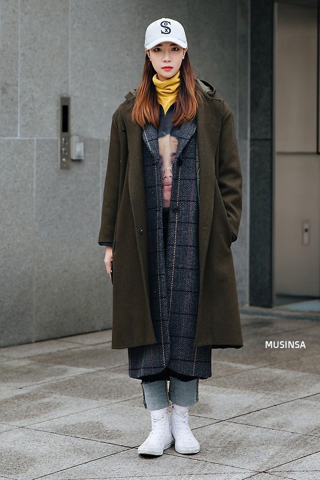 Street style Hàn Quốc: Mặc vài ba chiếc áo khoác to sụ cùng lúc chẳng hâm chút nào mà lại chất hết nấc - Ảnh 3.