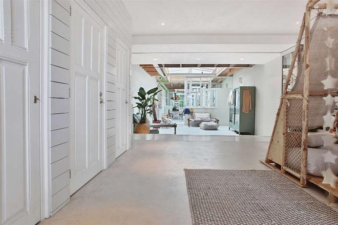 Ngôi nhà trắng đẹp như tranh vẽ với những góc nhà lung linh chẳng khác gì studio - Ảnh 6.