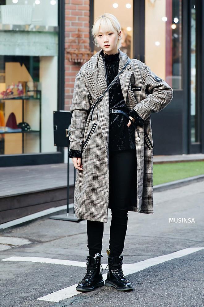 Street style Hàn Quốc: Mặc vài ba chiếc áo khoác to sụ cùng lúc chẳng hâm chút nào mà lại chất hết nấc - Ảnh 4.