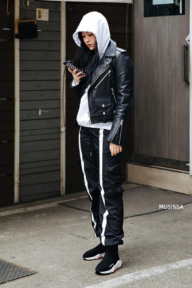 Street style Hàn Quốc: Mặc vài ba chiếc áo khoác to sụ cùng lúc chẳng hâm chút nào mà lại chất hết nấc - Ảnh 5.