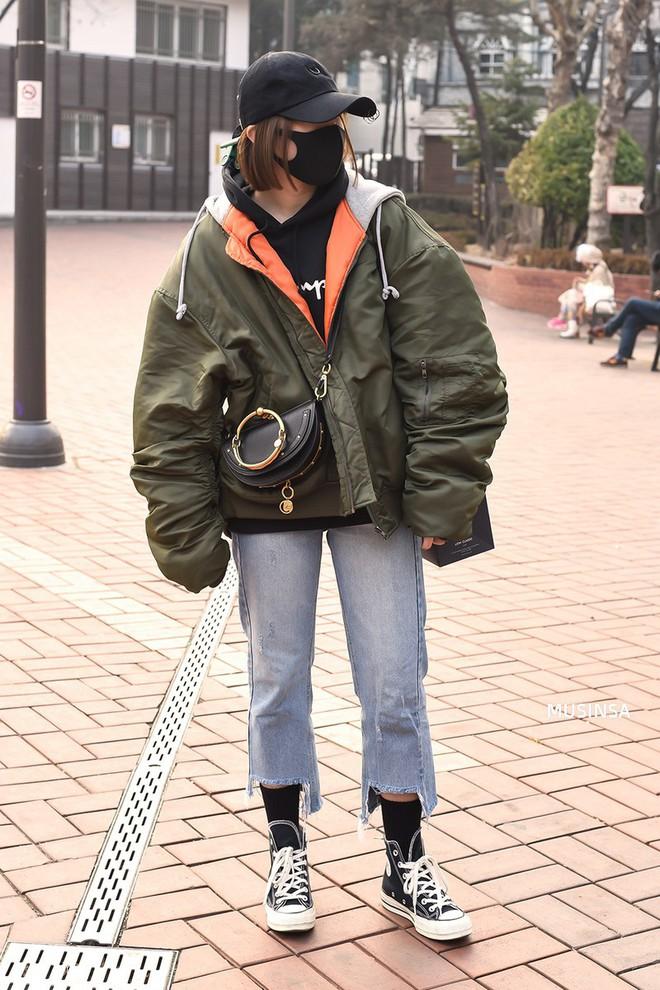 Street style Hàn Quốc: Mặc vài ba chiếc áo khoác to sụ cùng lúc chẳng hâm chút nào mà lại chất hết nấc - Ảnh 6.