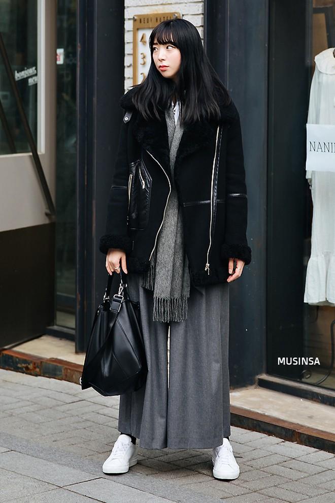 Street style Hàn Quốc: Mặc vài ba chiếc áo khoác to sụ cùng lúc chẳng hâm chút nào mà lại chất hết nấc - Ảnh 7.