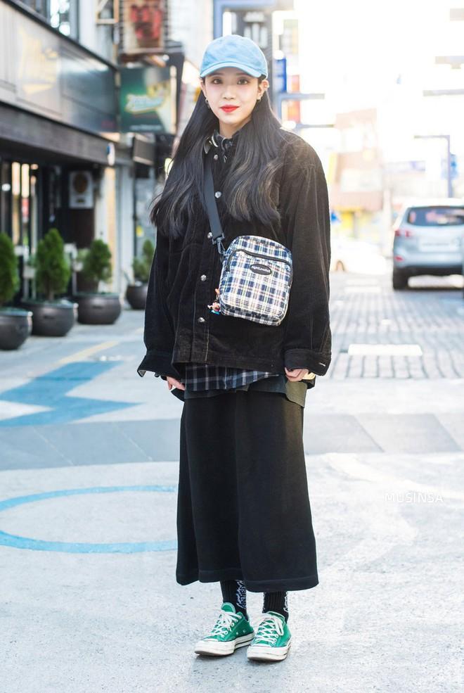 Street style Hàn Quốc: Mặc vài ba chiếc áo khoác to sụ cùng lúc chẳng hâm chút nào mà lại chất hết nấc - Ảnh 9.