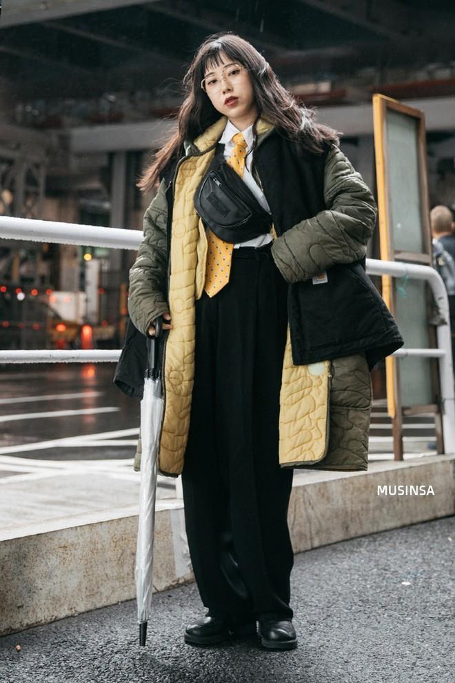 Street style Hàn Quốc: Mặc vài ba chiếc áo khoác to sụ cùng lúc chẳng hâm chút nào mà lại chất hết nấc - Ảnh 10.