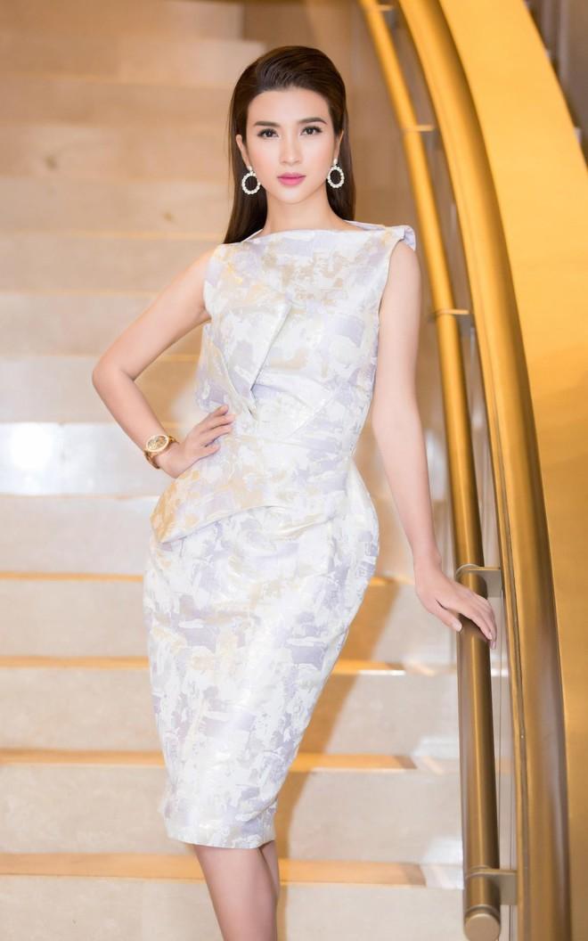 Chẳng may chọn màu sơn móng tay lệch tông, nhưng Kỳ Duyên vẫn xuất sắc dẫn đầu top sao mặc đẹp đầu năm 2018 - Ảnh 19.