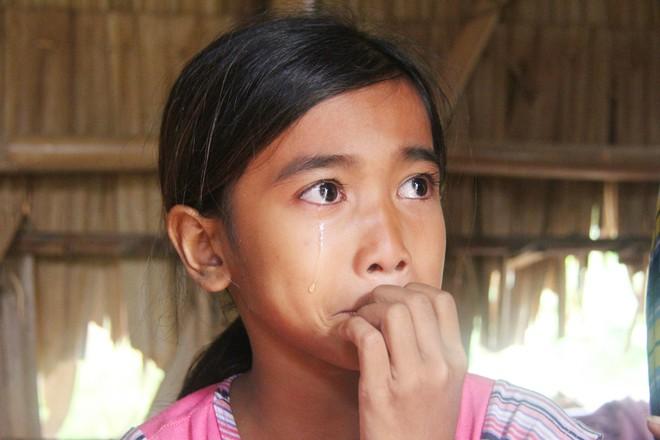 Bé Tuyền rớt nước mắt khi nói đến bố mẹ của mình.
