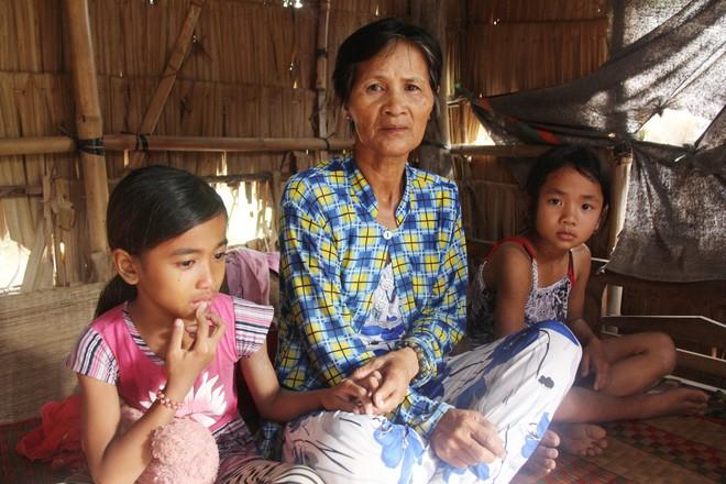 Bà Một lo lắng sắp tới sẽ không đủ tiền để cho 3 đứa trẻ tiếp tục đi học.