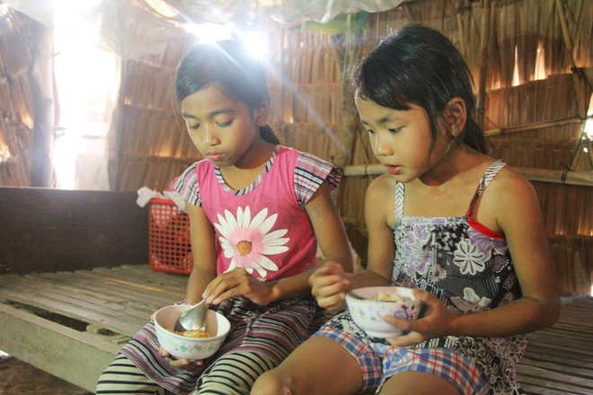 Bữa cơm nghèo của những đứa trẻ mồ côi.