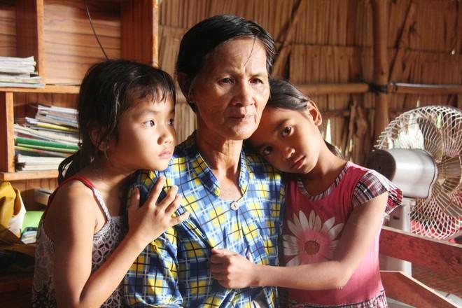 Bố mẹ bỏ rơi đi tìm hạnh phúc mới, những đứa trẻ mồ côi chỉ còn biết quanh quẩn bên người bà già yếu.