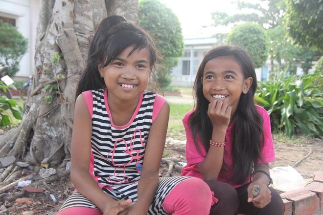 Nụ cười hiếm hoi của 2 chị em Mộng Cơ - Mộng Tuyền.