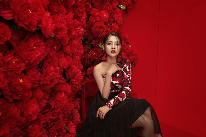 Chi Pu đẹp rực rỡ trong bộ ảnh chào 2018, khẳng định sẽ tăng tốc làm diễn viên - ca sĩ - Ảnh 3.