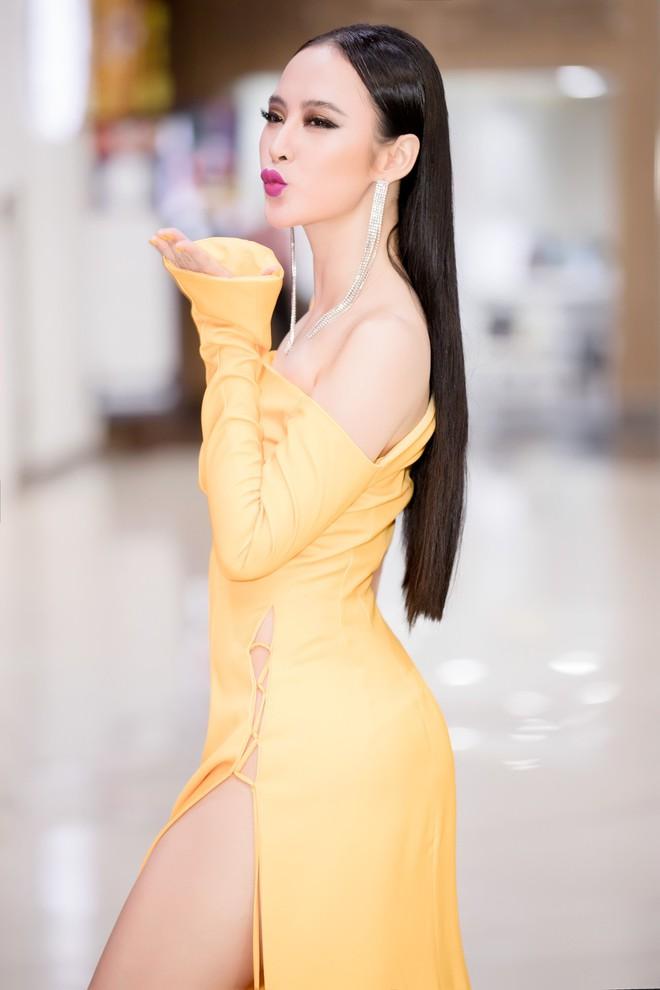 Mới đầu năm, Angela Phương Trinh và Minh Tú đã thiêu đốt thảm đỏ với những thiết kế đầm xẻ cao tít tắp - Ảnh 4.