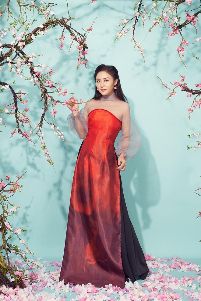 Diện áo dài đỏ rực, Văn Mai Hương khoe mẹ ruột trẻ trung, xinh đẹp - Ảnh 7.