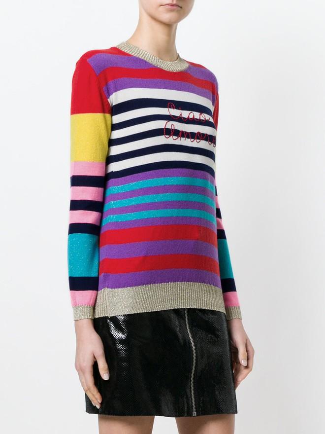 Khắp các thương hiệu thời trang, từ bình dân đến cao cấp đều đăng lăng xê kiểu áo len màu sắc này  - Ảnh 9.