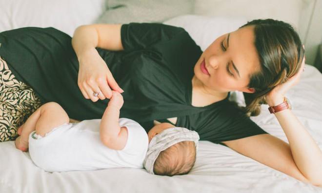Kinh nghiệm quý giá của bà mẹ trải qua 2 lần nuôi con với 2 kiểu kích sữa hoàn toàn khác nhau - Ảnh 1.