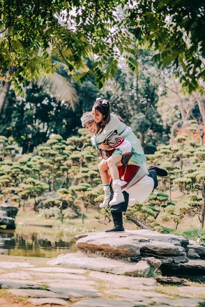 Ưng Hoàng Phúc và vợ gây thích thú khi hóa... Quách Tĩnh - Hoàng Dung trong bộ ảnh cổ trang - Ảnh 5.