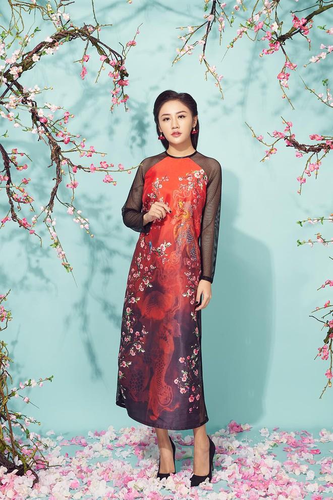 Diện áo dài đỏ rực, Văn Mai Hương khoe mẹ ruột trẻ trung, xinh đẹp - Ảnh 8.