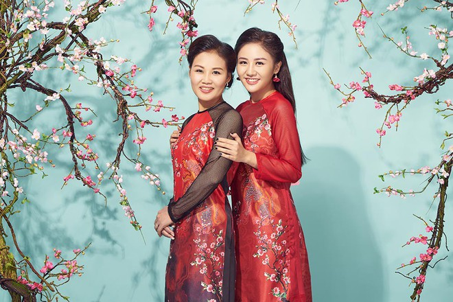 Diện áo dài đỏ rực, Văn Mai Hương khoe mẹ ruột trẻ trung, xinh đẹp - Ảnh 1.