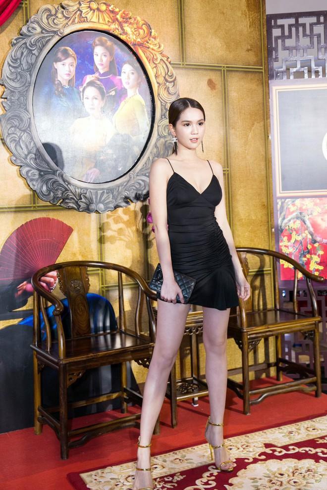 Váy đen hết trễ vai rồi lại hai dây, phong cách của Ngọc Trinh có đang nhàm chán quá không - Ảnh 5.