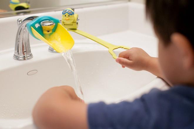 Khuyến khích con tự lập, chăm rửa tay hơn nhờ bộ máng mỏ vịt đáng yêu - Ảnh 4.