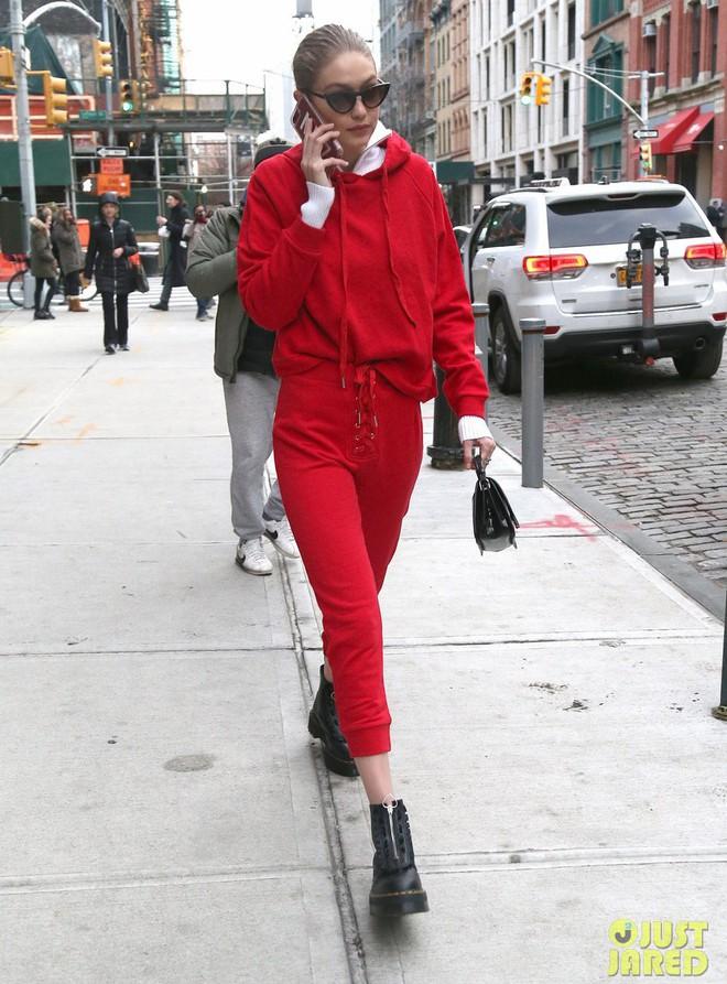 Nhìn Hà Tăng, Jolie Nguyễn... diện street style sắc đỏ mà chợt nhận ra: Tết đã về gần lắm rồi đây! - Ảnh 17.