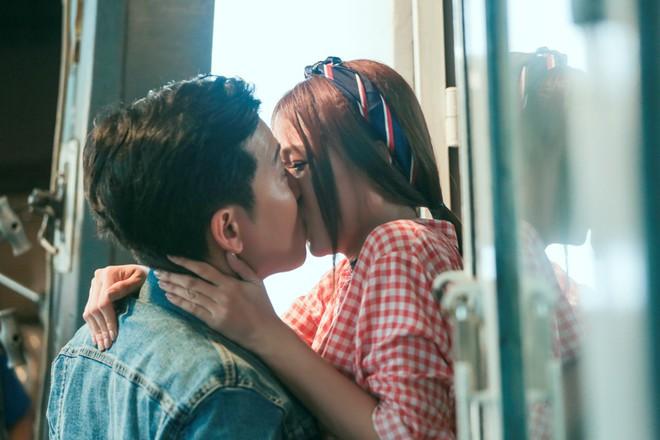 Sốc với cảnh Trường Giang bị người đẹp Sam cưỡng hôn nhiều lần - ảnh 1