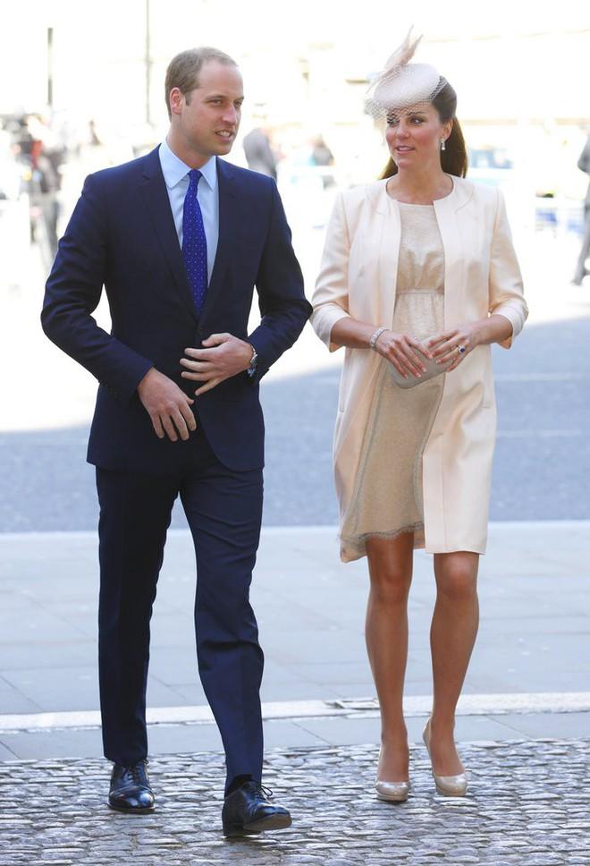 Bí quyết mặc đẹp ngay cả khi mang bầu với 9 thương hiệu thời trang yêu thích của côang nương Kate - Ảnh 2.