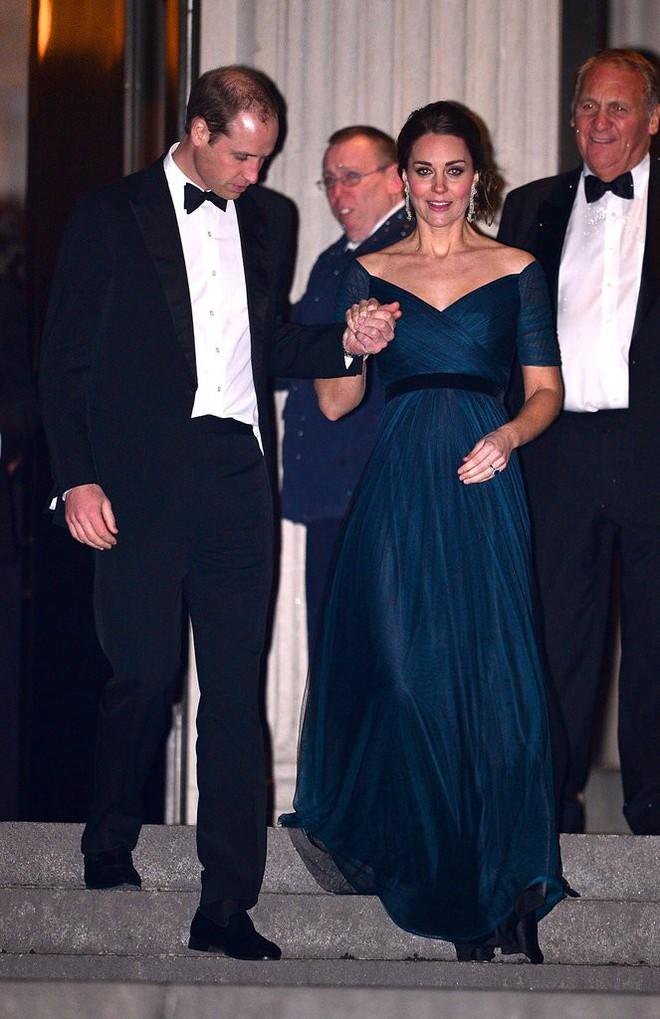 Bí quyết mặc đẹp ngay cả khi mang bầu với 9 thương hiệu thời trang yêu thích của côang nương Kate - Ảnh 3.