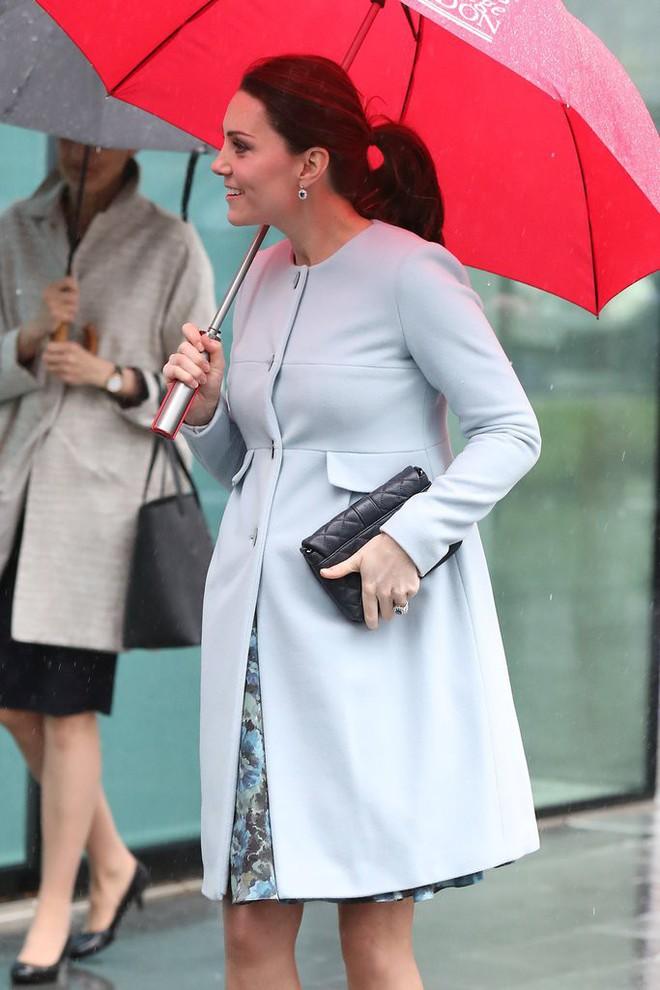 Bí quyết mặc đẹp ngay cả khi mang bầu với 9 thương hiệu thời trang yêu thích của côang nương Kate - Ảnh 6.