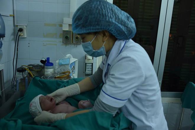 Tâm sự của bác sĩ đón những em bé vào đêm Giao thừa và sự may mắn của thiên thần - Ảnh 3.