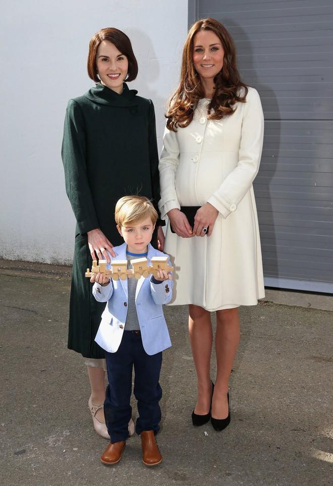 Bí quyết mặc đẹp ngay cả khi mang bầu với 9 thương hiệu thời trang yêu thích của côang nương Kate - Ảnh 9.