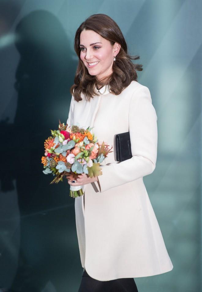 Bí quyết mặc đẹp ngay cả khi mang bầu với 9 thương hiệu thời trang yêu thích của côang nương Kate - Ảnh 12.