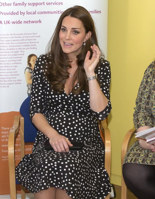 Bí quyết mặc đẹp ngay cả khi mang bầu với 9 thương hiệu thời trang yêu thích của côang nương Kate - Ảnh 14.
