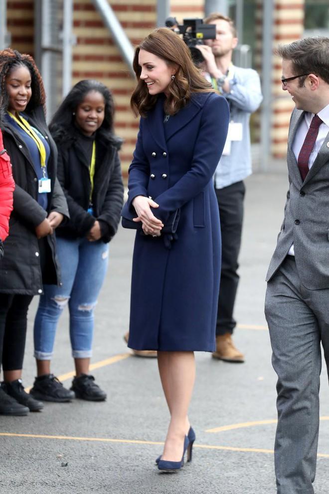 Bí quyết mặc đẹp ngay cả khi mang bầu với 9 thương hiệu thời trang yêu thích của côang nương Kate - Ảnh 15.