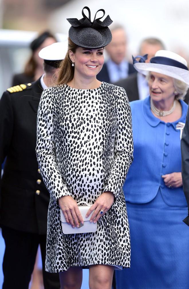 Bí quyết mặc đẹp ngay cả khi mang bầu với 9 thương hiệu thời trang yêu thích của côang nương Kate - Ảnh 17.