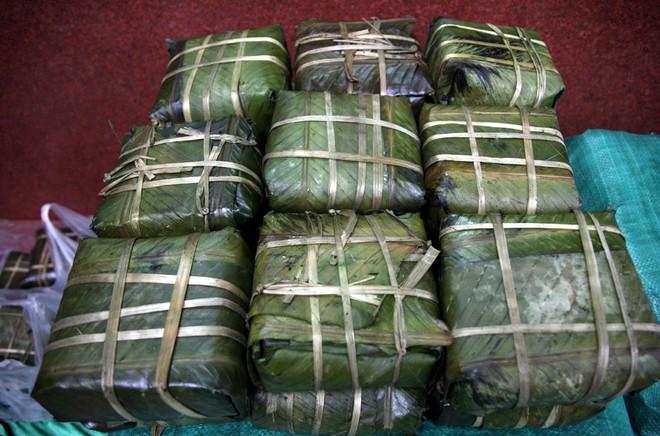 Hà Nội: Hàng trăm người rồng rắn xếp hàng mua bánh chưng, giò chả ăn Tết - Ảnh 18.