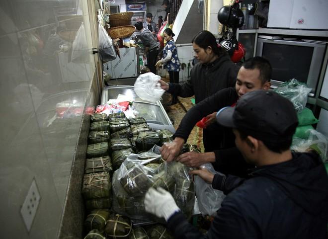 Hà Nội: Hàng trăm người rồng rắn xếp hàng mua bánh chưng, giò chả ăn Tết - Ảnh 15.