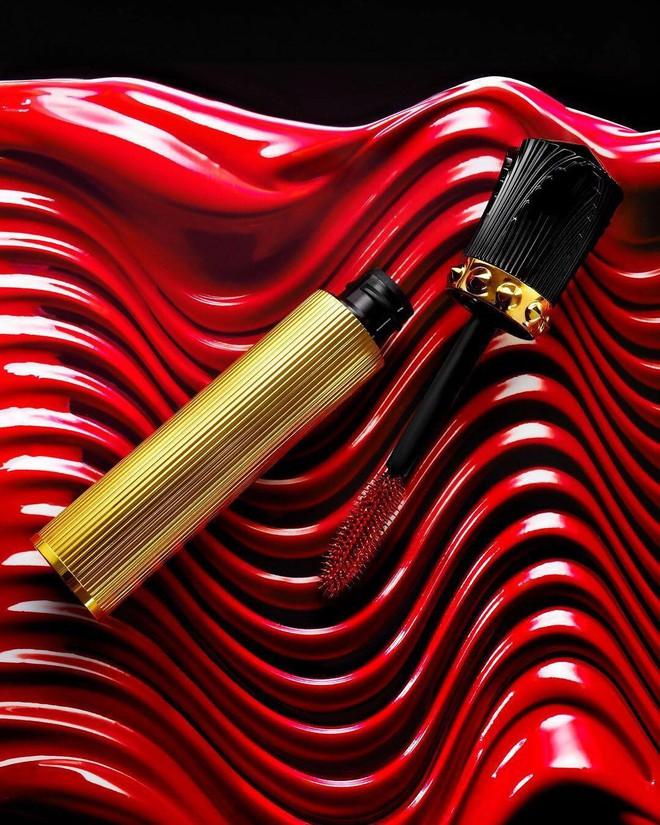 Christian Louboutin chơi trội với mascara màu đỏ lấy cảm hứng từ những đôi giày đế đỏ huyền thoại - Ảnh 1.