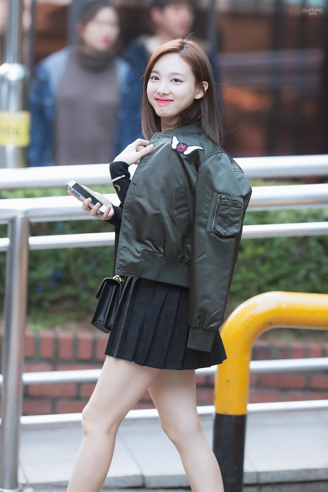 Nếu định đi chơi xa Tết này, bạn hãy học Nayeon (Twice) sắm những món đồ sau - Ảnh 3.