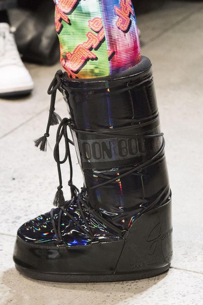 Đôi boots to khủng hoảng này sẽ giúp bạn cosplay thành cây giò ngày Tết ngay lập tức - Ảnh 5.