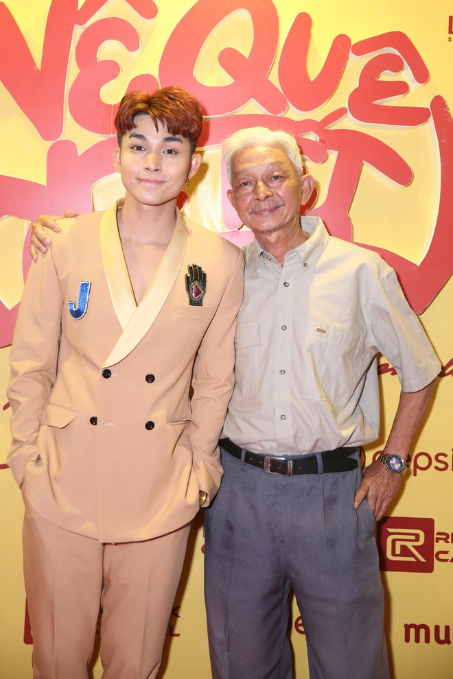 Ngô Thanh Vân đưa bố mẹ đến xem phim Tết do chính cô thủ vai - ảnh 2