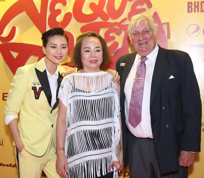 Ngô Thanh Vân đưa bố mẹ đến xem phim Tết do chính cô thủ vai - ảnh 1
