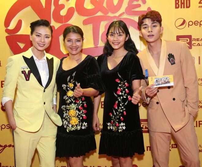 Ngô Thanh Vân đưa bố mẹ đến xem phim Tết do chính cô thủ vai - ảnh 12