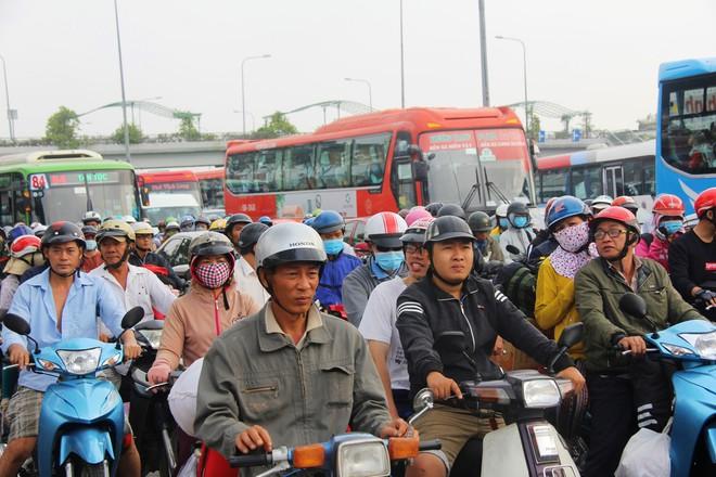 Ngày chủ nhật cuối cùng trong năm, người miền Tây ùn ùn về quê ăn Tết khiến Quốc lộ 1A kẹt cứng, xe nhích từng chút một để di chuyển - Ảnh 7.